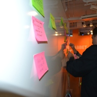 Workshopdeltagarnas problem och behov för framtidens äldrevård sätts upp på tavlan.
